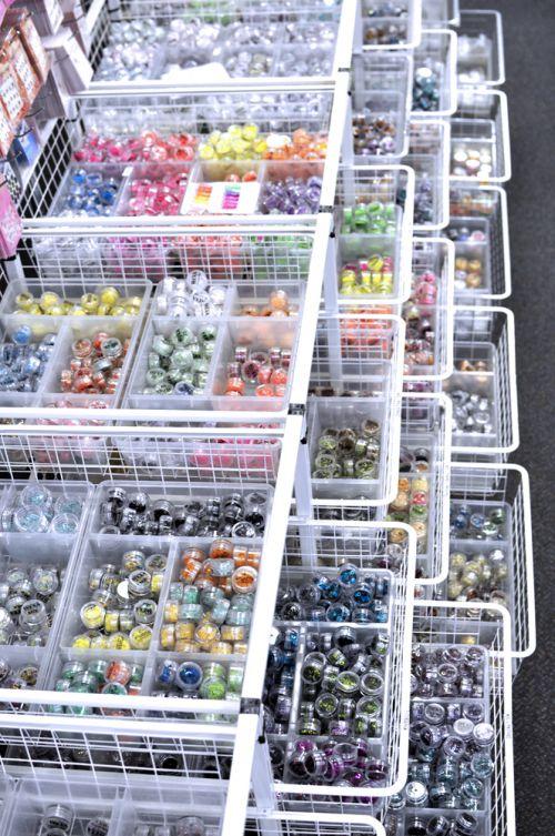 Ozdoby na nechty rôznych farieb a tvarov