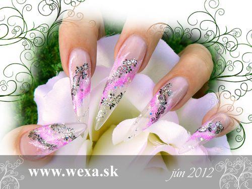 Ružové gélové nechty stiletto s transfer fóliou