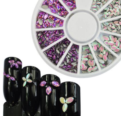Opálové biele a ružové ováliky na nechty - kolotoč
